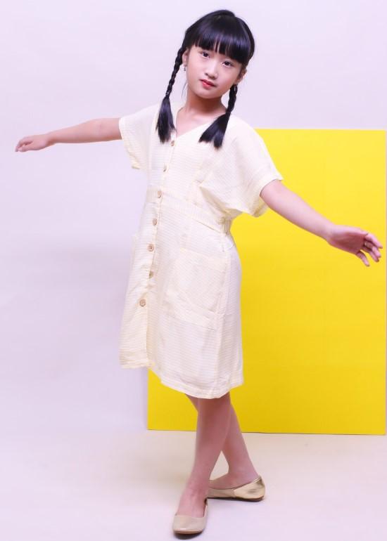 Đầm midi cánh dơi caro vàng bé gái
