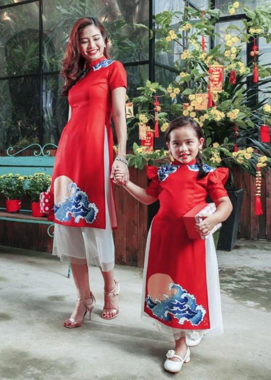 Combo áo dài may mắn đỏ cách tân mẹ và bé