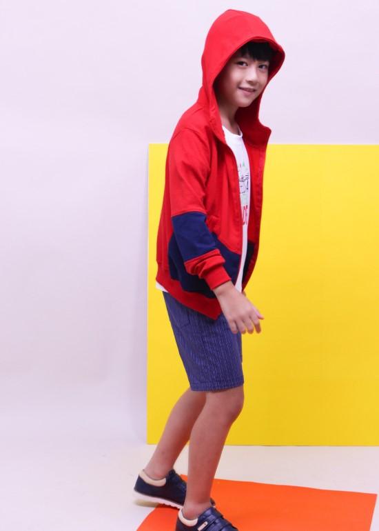Áo khoác thun có nón đỏ phối xanh bé trai