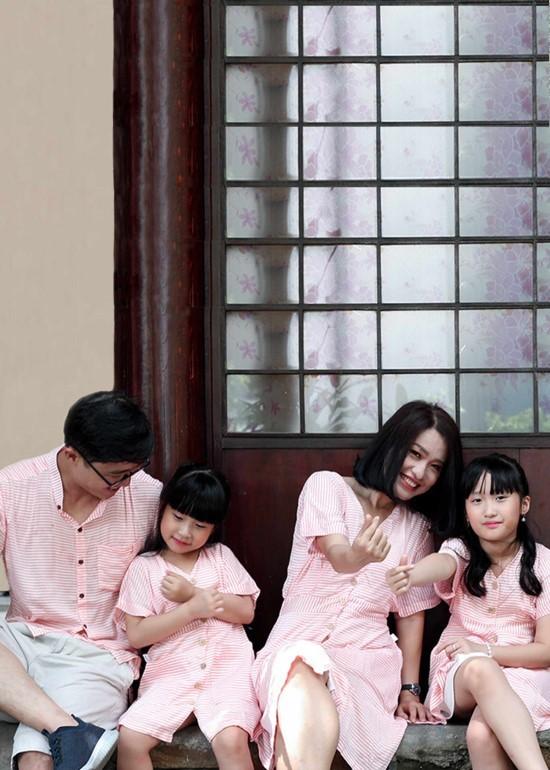 Combo đầm và áo sơmi caro đỏ gia đình