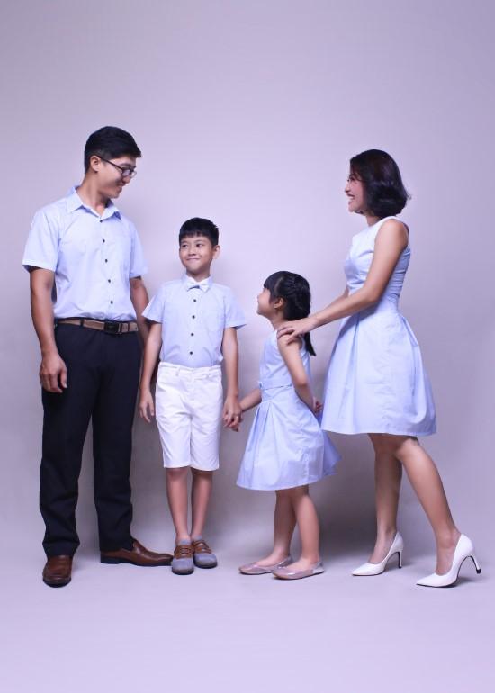 Combo đầm cổ chữ V và áo sơ mi tay ngắn cotton xanh gia đình