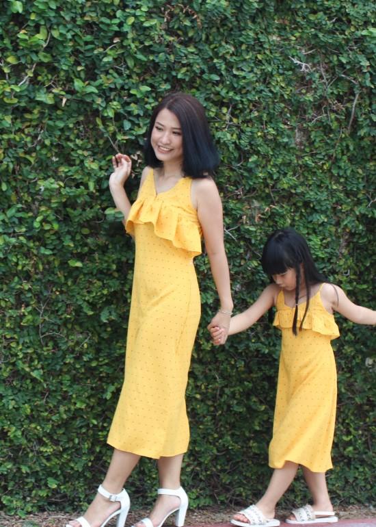 Combo đầm maxi hai dây bèo ngực chấm bi vàng mẹ và bé