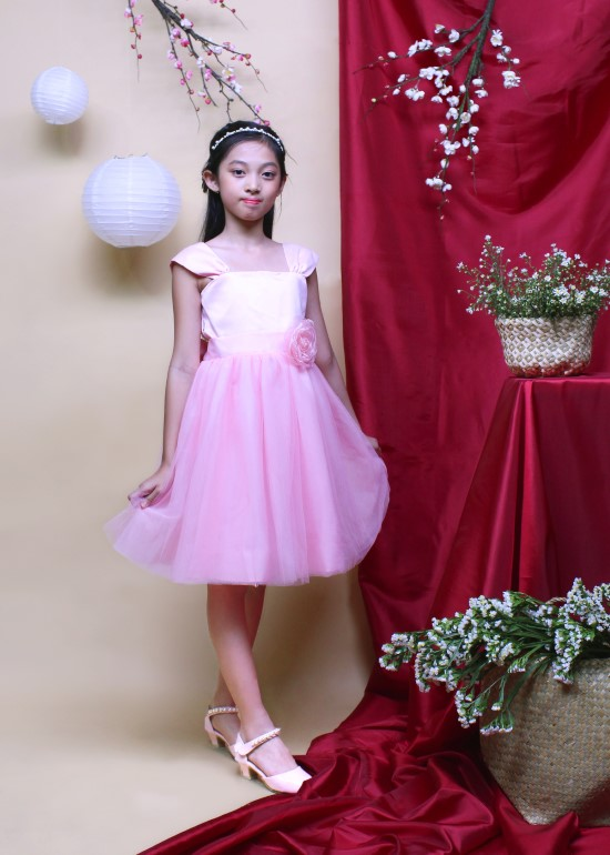 Đầm tiệc bé gái tay nhún đính hoa hồng