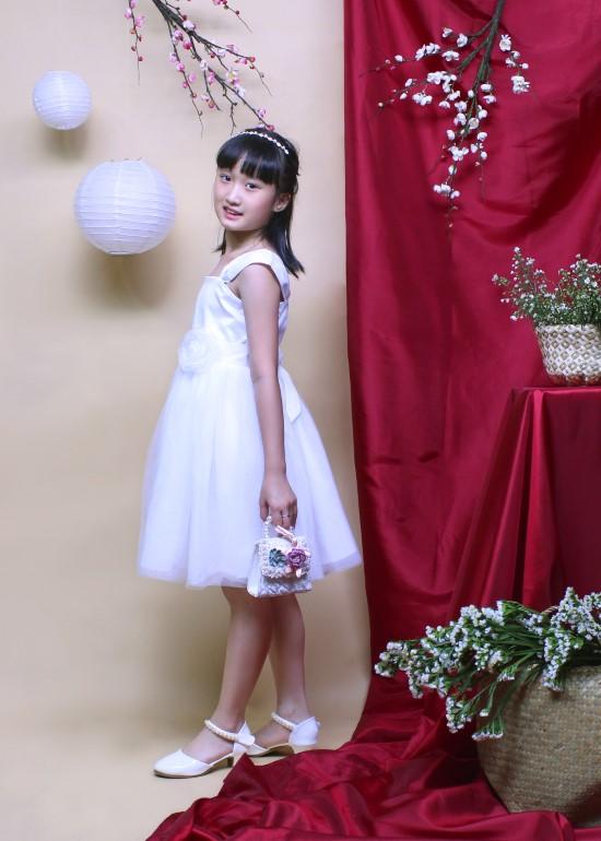 Đầm tiệc bé gái tay nhún đính hoa trắng