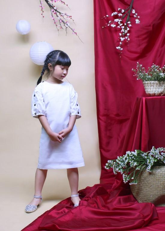 Đầm bé gái linen tay cài trắng