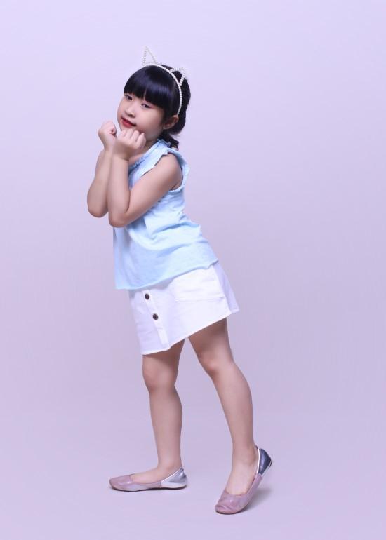 Chân váy bé gái nút gỗ trắng