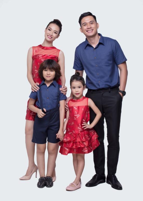 Combo đầm tầng lưới đỏ và áo sơmi xanh đậm gia đình
