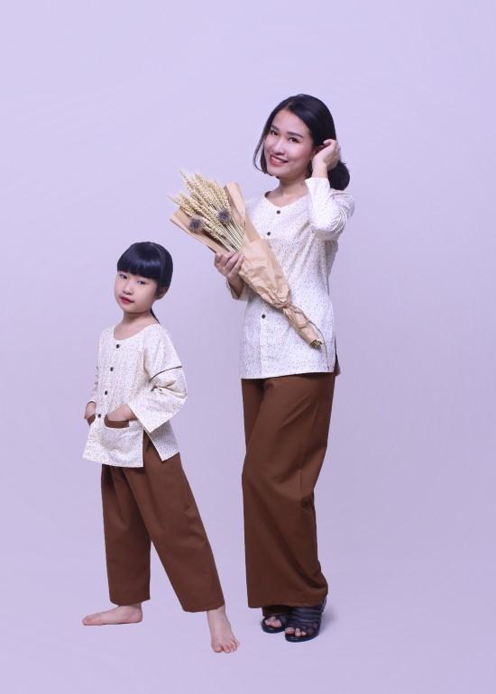 Combo áo bà ba hoa trắng nâu mẹ và bé