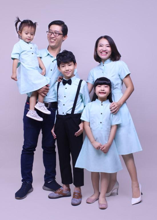 Combo áo sơ mi và đầm xanh lá cây gia đình
