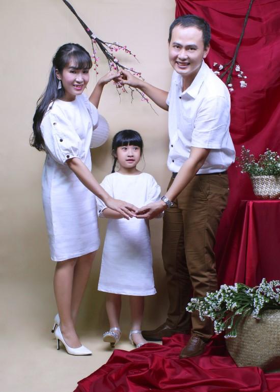 Combo đầm và áo sơ mi linen trắng gia đình