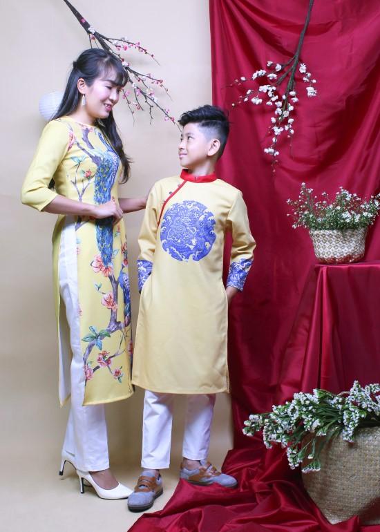 Combo áo dài cách tân hưng thịnh vàng mẹ và bé trai