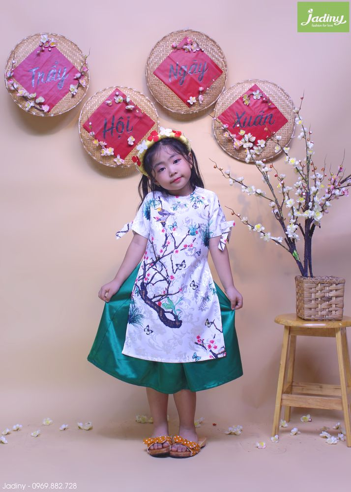 Áo dài cách tân vải gấm cho bé gái