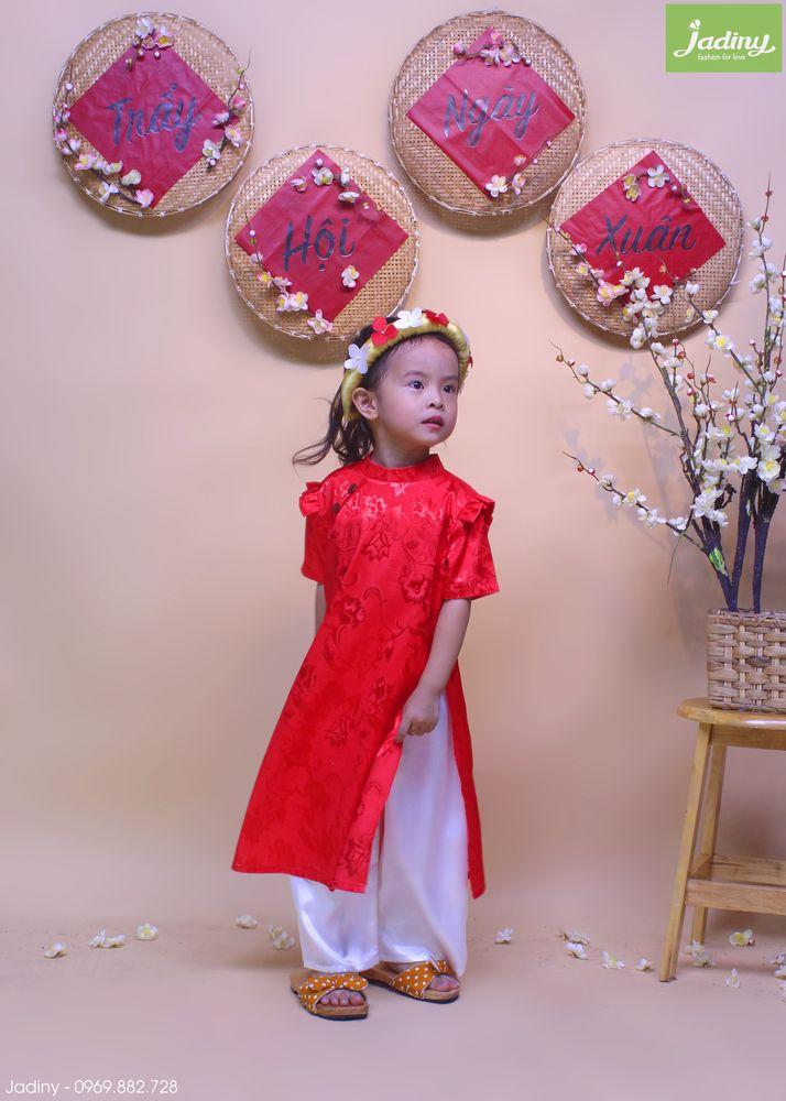 Áo dài gấm biểu diễn bé gái